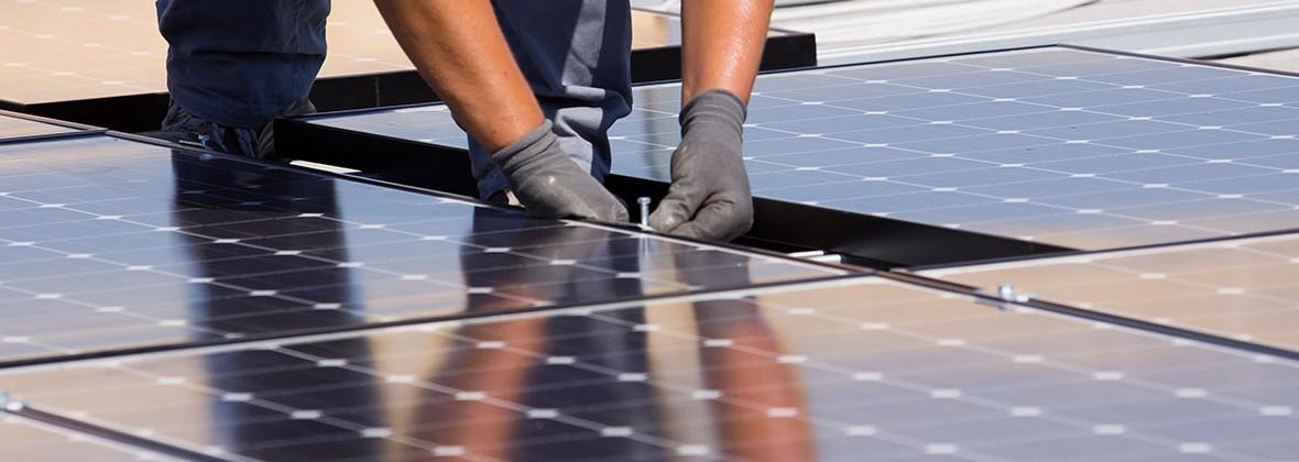 Montage von Solarmodulen für eine Photovoltaik Anlage