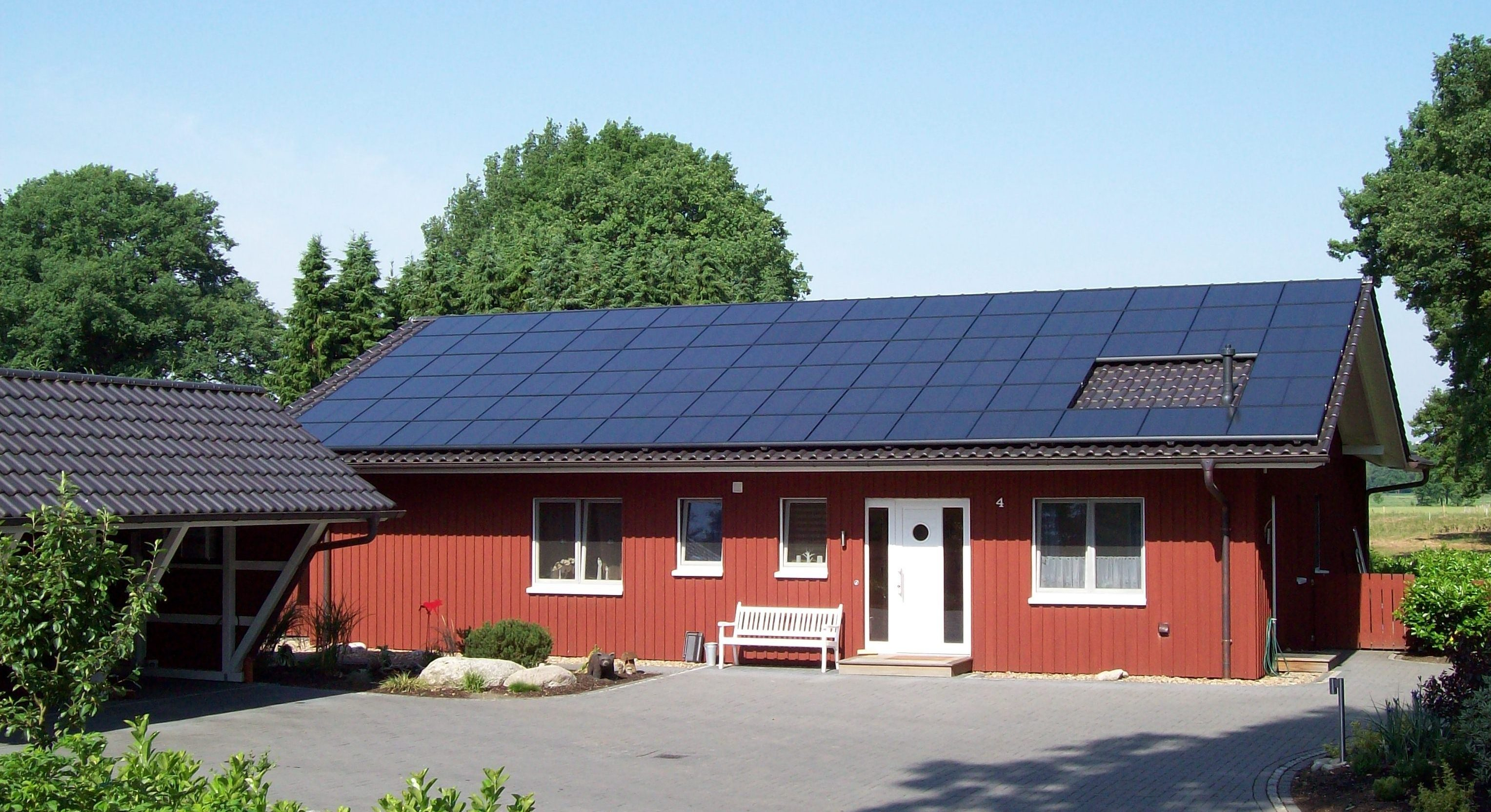 Solarstrom mit Photovoltaik auf dem Dach eines Wohnhauses